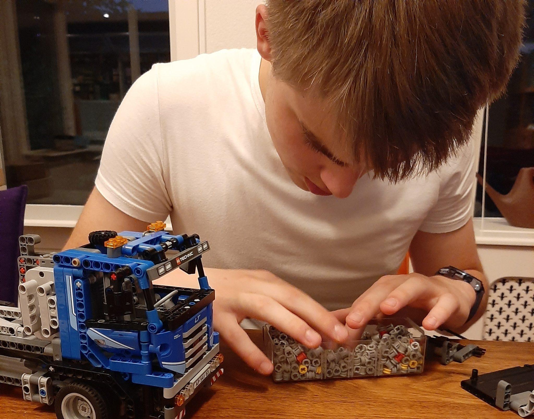 Maarten bezig met de Lego in Den Dolder